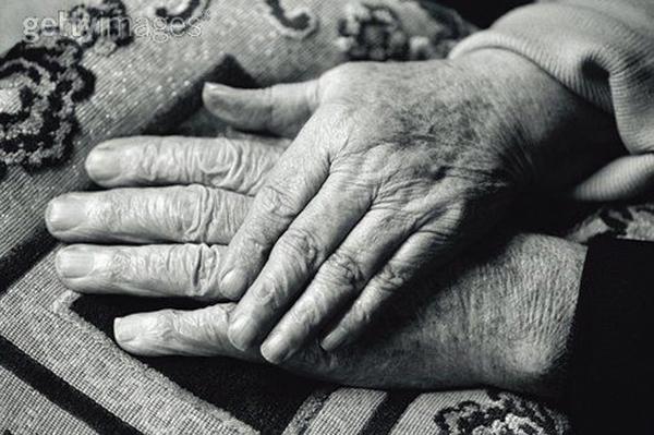Kết quả hình ảnh cho nắm tay tuổi già