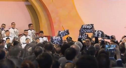"""Các nhân sĩ Hồng Kông giơ cao bảng hiệu """"Lương Chấn Anh hãy từ chức""""."""