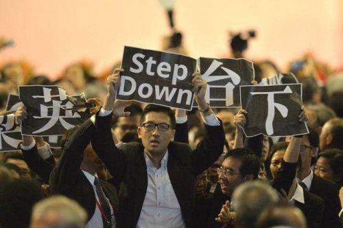 """Các nhân sĩ Hồng Kông giơ cao khẩu hiệu """"Lương Chấn Anh hãy từ chức"""""""