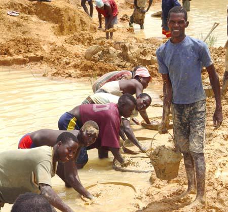 (ảnh minh họa, trẻ em làm việc trong một khu mỏ tại Sierra Leone, ảnh: Public Domain)