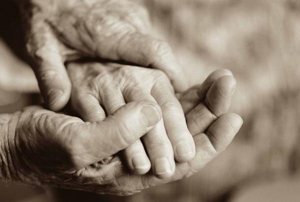 Kết quả hình ảnh cho vợ chồng già nắm tay nhau