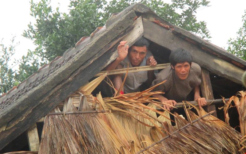 Bị ngập trong lũ dữ, người dân ở huyện miền núi Hương Khê (Hà Tĩnh) phải sống trên chạn nóc nhà, chờ lương thực cứu đói. (Ảnh: Đ.Lam/plo.vn)