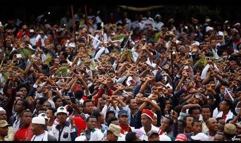 Người biểu tình đan chéo tay trên đầu thể hiện sự phản đối chính phủ (Ảnh: youtube)