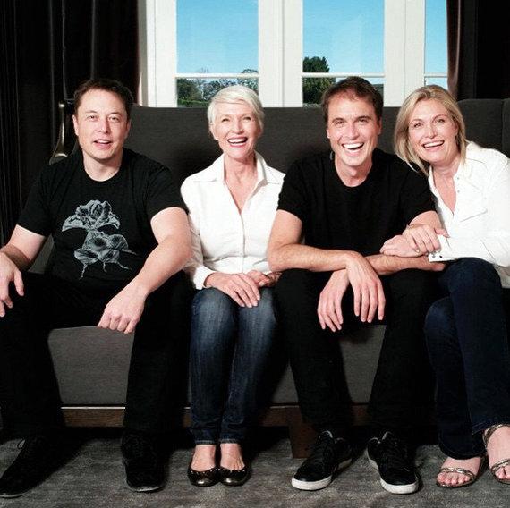 Gia đình Musk, từ trái sang: Elon, bà Maye (mẹ), Kimbal và Tosca (ảnh: Instagram)