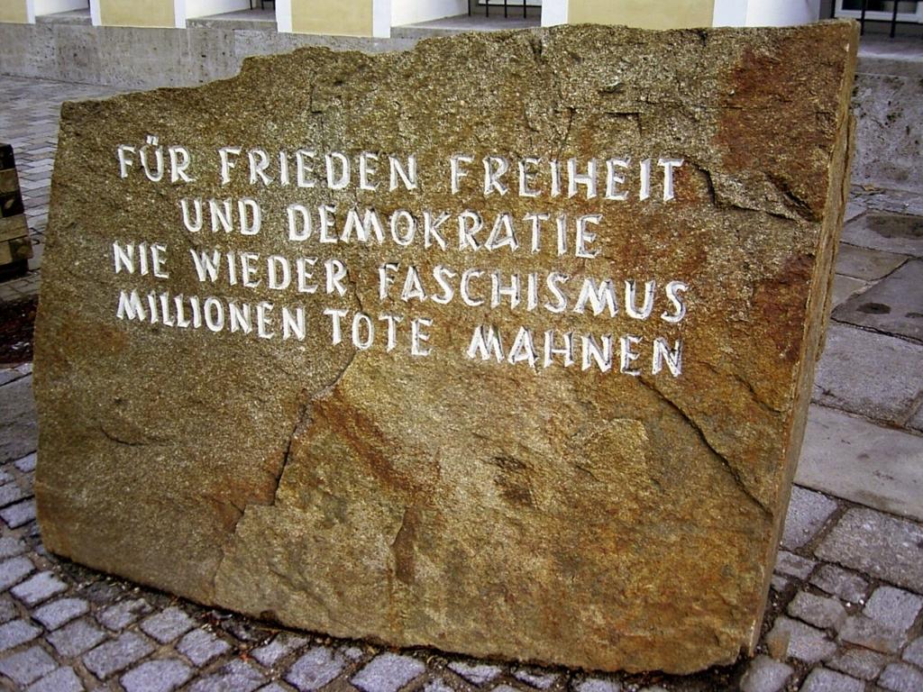 Tảng đá tưởng niệm nơi sinh của Hitler, đặt đối diện căn nhà lãnh đạo Phát xít Đức sinh ra tại Áo. Những chữ trên tảng đá ghi: Vì hoà bình, tự do và dân chủ. Không bao giờ lặp lại Chủ nghĩa Phát xít. Hàng triệu sinh mạng nhắc nhở chúng ta.