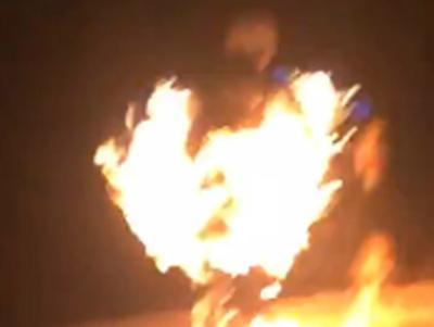 Hình ảnh nam thanh niên tự đốt mình đang nhảy xuống kênh Tân Hóa theo lời tuyên bố trên facebook. (Ảnh cắt từ clip)