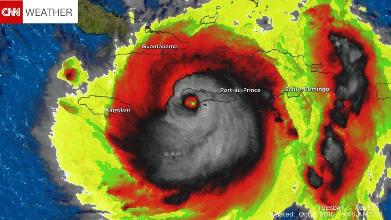 Một hình ảnh cơn bão Matthew hiện lên trên màn hình dự báo giống như hình mặt quỷ