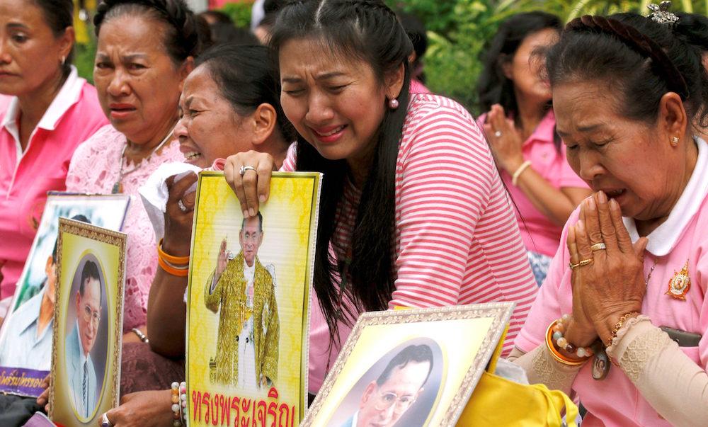 Người dân Thái khóc thương quốc vương (ảnh qua qz.com)