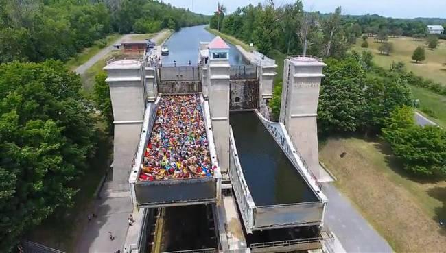 Thang máy ở Canada chứa đầy canô và thuyền kayak (ảnh: Kawartha Now)