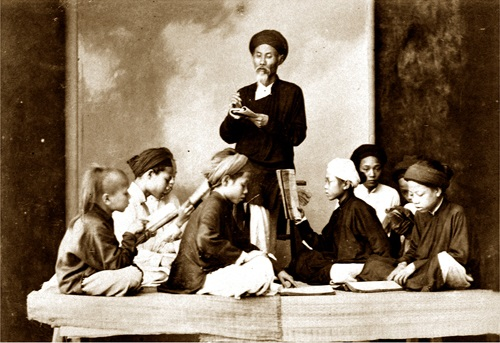 Một lớp học ngày xưa (Ảnh: thuvienhuequang.vn)
