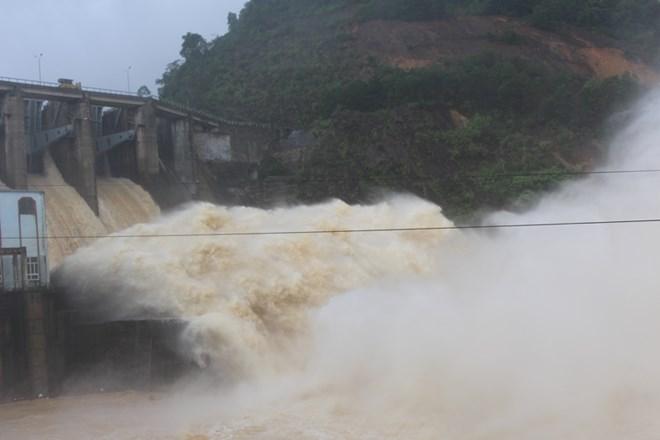 Sáng ngày 16/10, thủy điện Hố Hô đang xả nước với lưu lượng là 824m3/s. (Nguồn: infonet.vn)