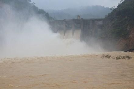 Vào chiều tối 14/10, Thủy điện Hố Hô (thượng nguồn ở Hương Khê, Hà Tĩnh) đã xả lũ bất ngờ với lưu lượng cực lớn 1.843m3/s. (Ảnh: laodong.com.vn)