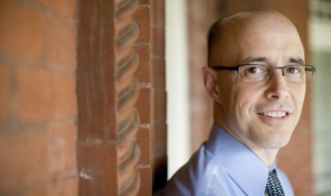 Tiến sĩ Jim Tucker (Ảnh: Dan Addison/Đại học Public Affairs, Virginia)