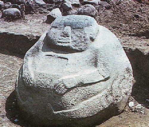 """Một bức tượng """"Cậu bé Bự"""" được phát hiện ở Guatemala."""