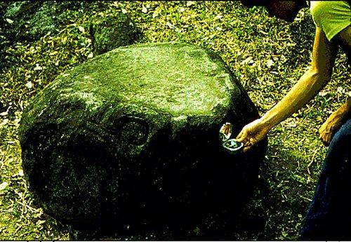 Bức tượng tạc hình đầu rùa này là bức tượng điêu khắc mang từ tính sớm nhất được phát hiện ở Trung Bộ châu Mỹ, vào năm 1975 bởi GS Malmström. Nó nằm 30 m cách kim tự tháp chính của vùng F tại di chỉ Izapa. (Ảnh: Vincent H. Malmström)