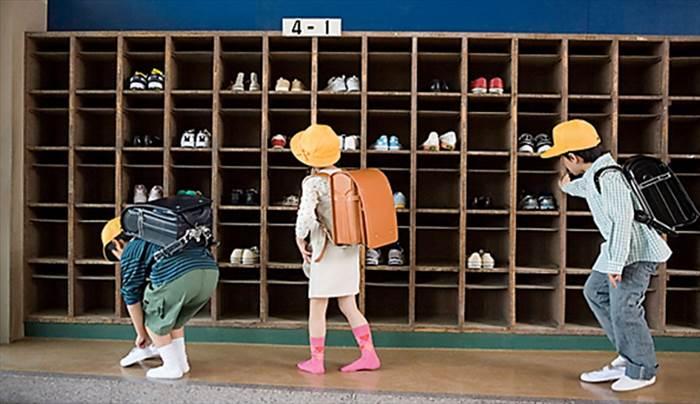 học sinh ở nhật cởi giày