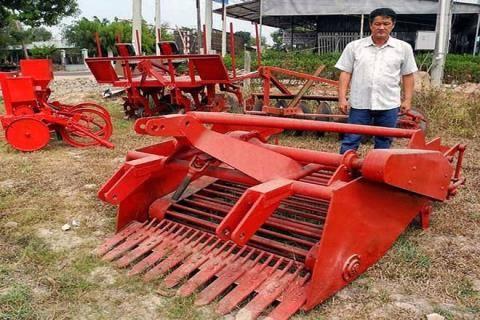 Anh Trần Quốc Hải và máy móc nômg nghiệp do anh chế tạo.