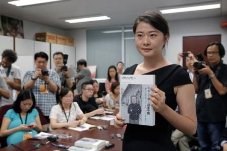 """Cảnh Cách, con gái của luật sư nhân quyền Cao Trí Thịnh giới thiệu sách """"Năm 2017, Trung Quốc hãy vùng lên!"""" của cha mình tại Hồng Kông"""