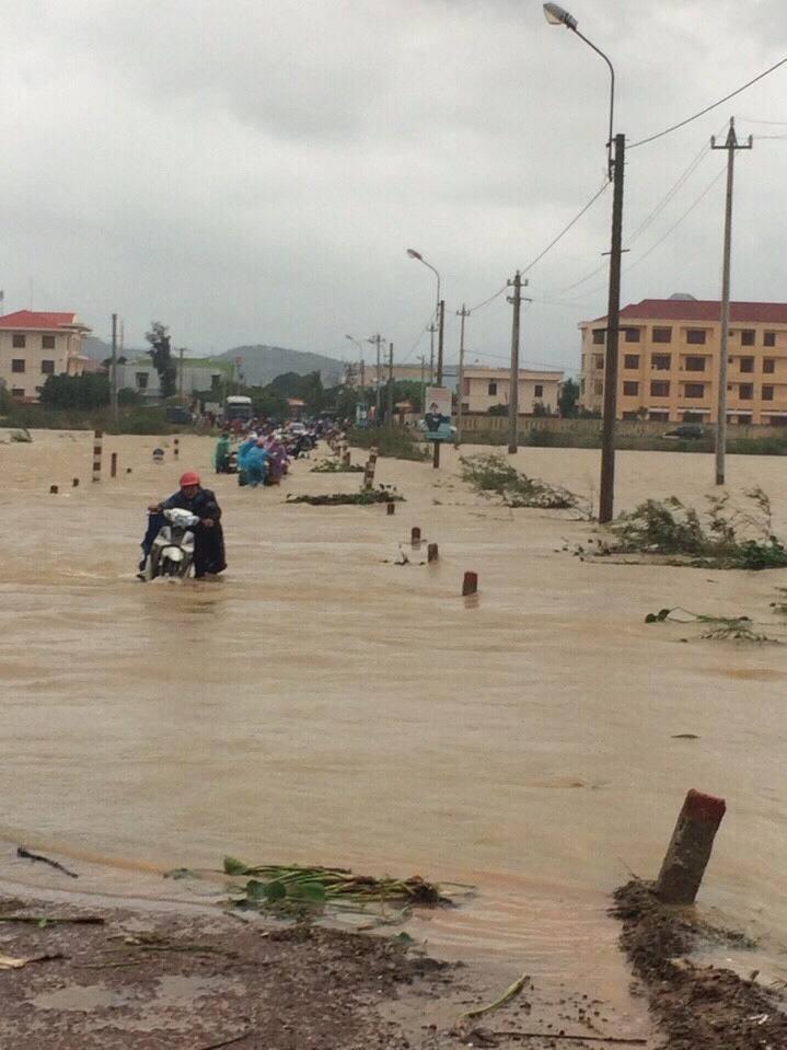 Nhiều chủ phương tiện giao thông phải xuống dắt xe qua đoạn đường ngập nước. (Ảnh: FB)