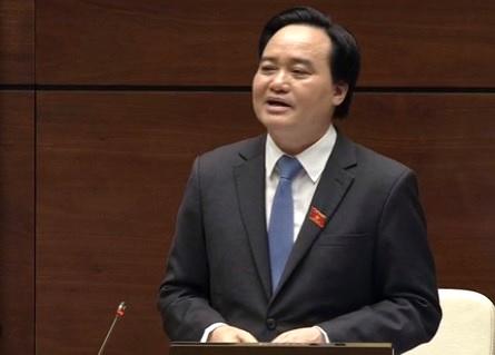 Bộ trưởng Bộ GD-ĐT Phùng Xuân Nhạ trả lời trong phiên chất vấn sáng nay. (Ảnh chụp vieo)