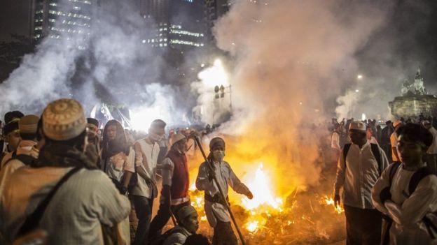 Cuộc biểu tình tại thủ đô Jakarta có tới 50.000 tham gia và nhanh chóng biến thành bạo động (Ảnh: Getty)