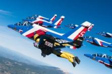 Video: 3 phản lực đeo lưng 'so cánh' cùng đội máy bay biểu diễn của Pháp