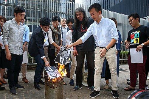 Nhiều tổ chức ở Hồng Kông phản đối Trung Quốc diễn giải lại Điều 104 Luật Cơ bản Hồng Kông, họ đốt hình của ông Ủy viên trưởng Đại hội đại biểu Nhân dân toàn quốc Trương Đức Giang (Ảnh: Internet).