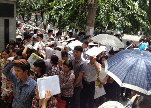 Hình ảnh hàng ngàn thí sinh đội nắng, xếp hàng nộp hồ sơ dự tuyển vào Cục Thuế Hà Nội từ ngày 11/8 đến 15/8/2015. (Ảnh: Võ Hải/vnexpress.net)