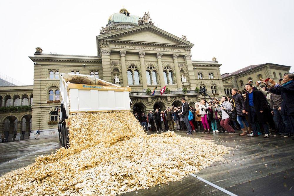 Ngày 4/10/2013, các nhà hoạt động Thụy Sĩ đã đổ 8 triệu hạt ngô ở một quảng trường để ăn mừng 125.000 chữ kí yêu cầu chính phủ phải xem lại việc đưa thu nhập cơ bản vào hiến pháp Liên bang. Chính phủ đã mở cuộc trưng cầu dân ý và kết quả là 76,9% người bỏ phiếu phản đối. (ảnh: Wiki)