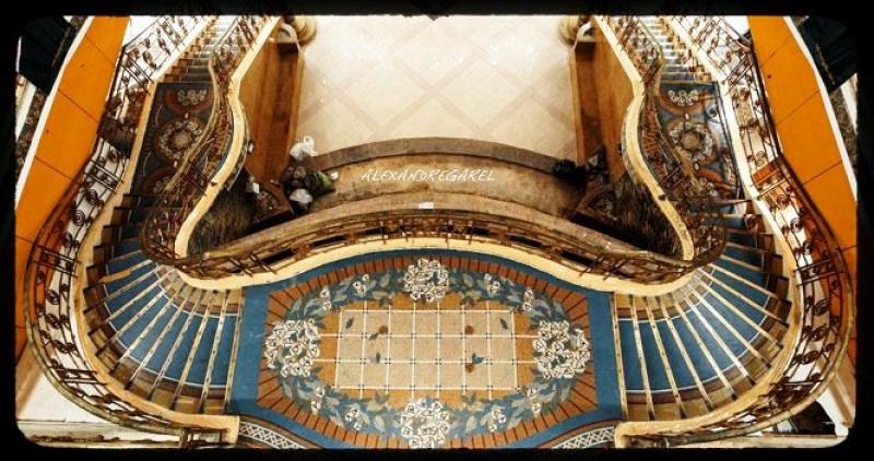 Bên trong tòa thương xá. Hệ thống cầu thang được thiết kế cầu kỳ, được lót bằng thảm gạch Mosaic từ năm 1924 là một nét kiến trúc độc đáo của tòa nhà. (Ảnh: Alexandre Grael)