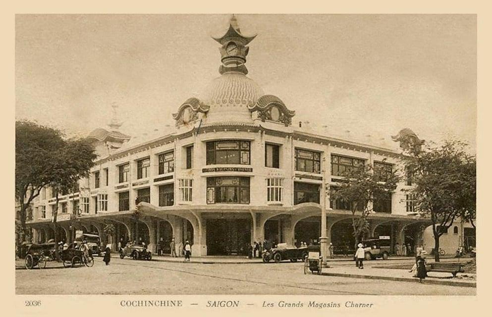 Nặt tiền của tòa nhà có gắn tháp đồng hồ theo kiến trúc của Pháp nhưng pha trộn những đường nét Á Đông với mái cong trên tháp. (Ảnh tư liệu)
