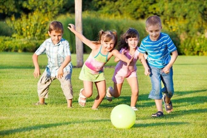 Dành nhiều thời gian hơn cho các hoạt động bên ngoài có liên quan với giảm cận thị ở trẻ. (ảnh: Shutterstock)