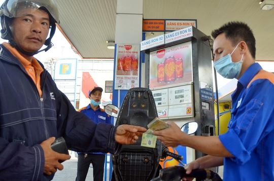 Xăng E5 và xăng RON 92 đang cùng được bán tại một số tỉnh thành. (Ảnh: Tấn Thạnh/nld.com.vn)