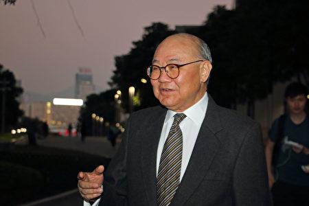 Thẩm phán đã nghĩ hưu Cố Quốc Hưng (Woo Kwok-hing) cho rằng việc ông Lương Chấn Anh không tranh cử là sáng suốt (Ảnh: Lantian).