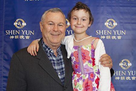 Ngày 15/3/2014, nghị sĩ Dana Rohrabacher dẫn theo cô con gái Annika đi thưởng thức Shen Yun tại Trung tâm Nghệ thuật Orange – California (Ảnh: Jiyuan).