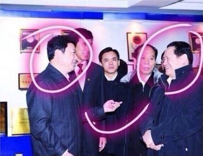 Cựu Bí thư Ban Chính pháp Trung ương Chu Vĩnh Khang trò chuyện cùng cựu Cục trưởng Tổng cục Nông khẩn Hắc Long Giang Tùy Phụng Phú ngày 12/2/2010.
