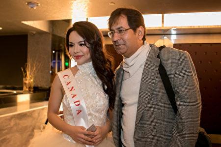 Sau khi kết thúc Chung kết Hoa hậu thế giới ngày 18/12, nhiều người xin chụp ảnh chung với cô Anastasia Lin (Ảnh: Lisha/Epochtimes).