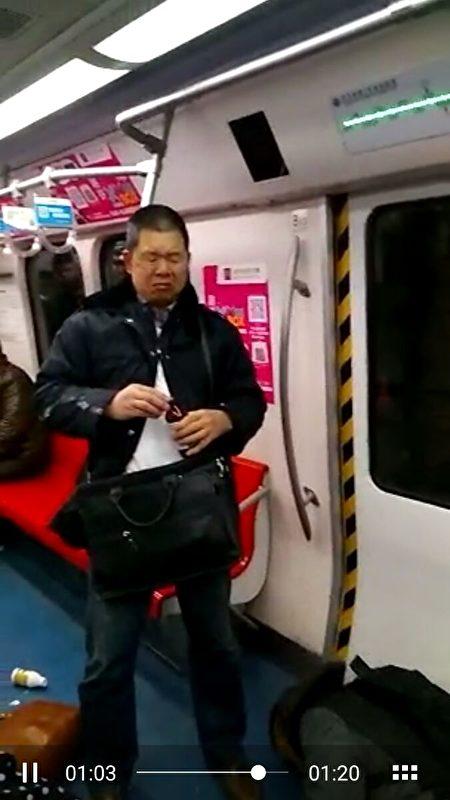 Người uống nông dược tự sát trên tàu điện ngầm ở Bắc Kinh.