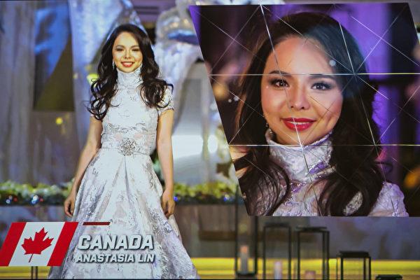 Ban tổ chức chiếu đoạn phim ngắn giới thiệu về Hoa hậu Thế giới Canada Anastasia Lin tại Vòng chung kết Hoa hậu Thế giới (Ảnh: Lisha/Epochtimes).