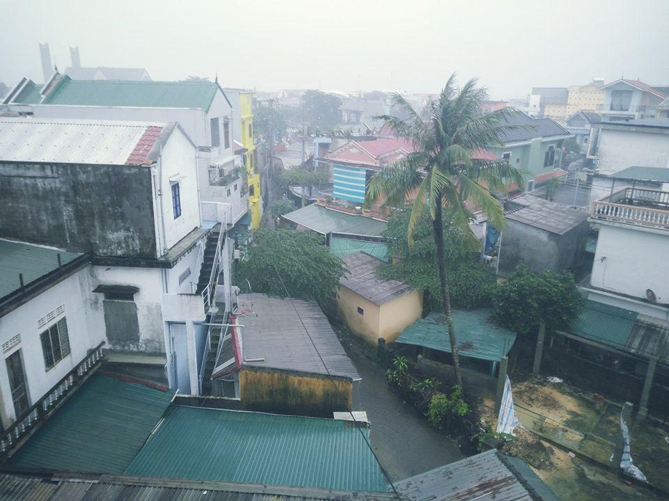 Nhiều ngày qua, mưa trắng trời xứ Huế. (Fanpage Đại học Huế Confessions)
