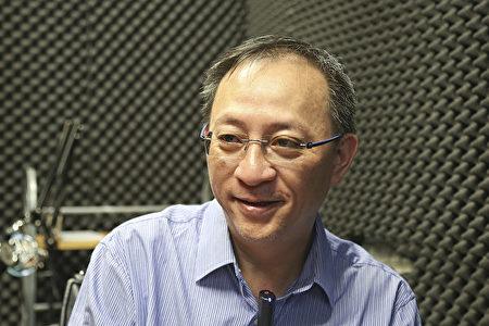 Anh Kiệt Tư (Jie Si), người phụ trách chương trình D100 của Đài Phát thanh Hồng Kông (Ảnh: Yu Gang).