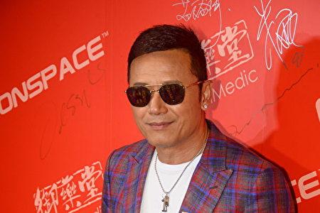 Ngôi sao điện ảnh Miêu Kiều Vĩ ký tên vào Thư kiến nghị mời đoàn nghệ thuật Shen Yun đến Hồng Kông biểu diễn (Ảnh: Song Xianglong).