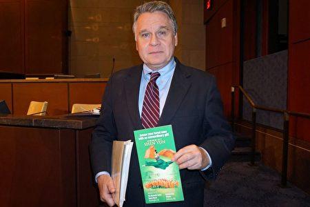 Chủ tịch Chris Smith của Ủy ban Chấp hành Quốc hội về Trung Quốc (CECC) của Mỹ lên tiếng ủng hộ biểu diễn Shen Yun tại Hồng Kông (Ảnh: Linfan).