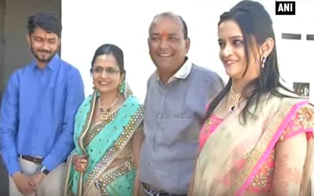 Con gái ông Ajay Munot ủng hộ việc làm tốt của cha. (Ảnh: youtube)