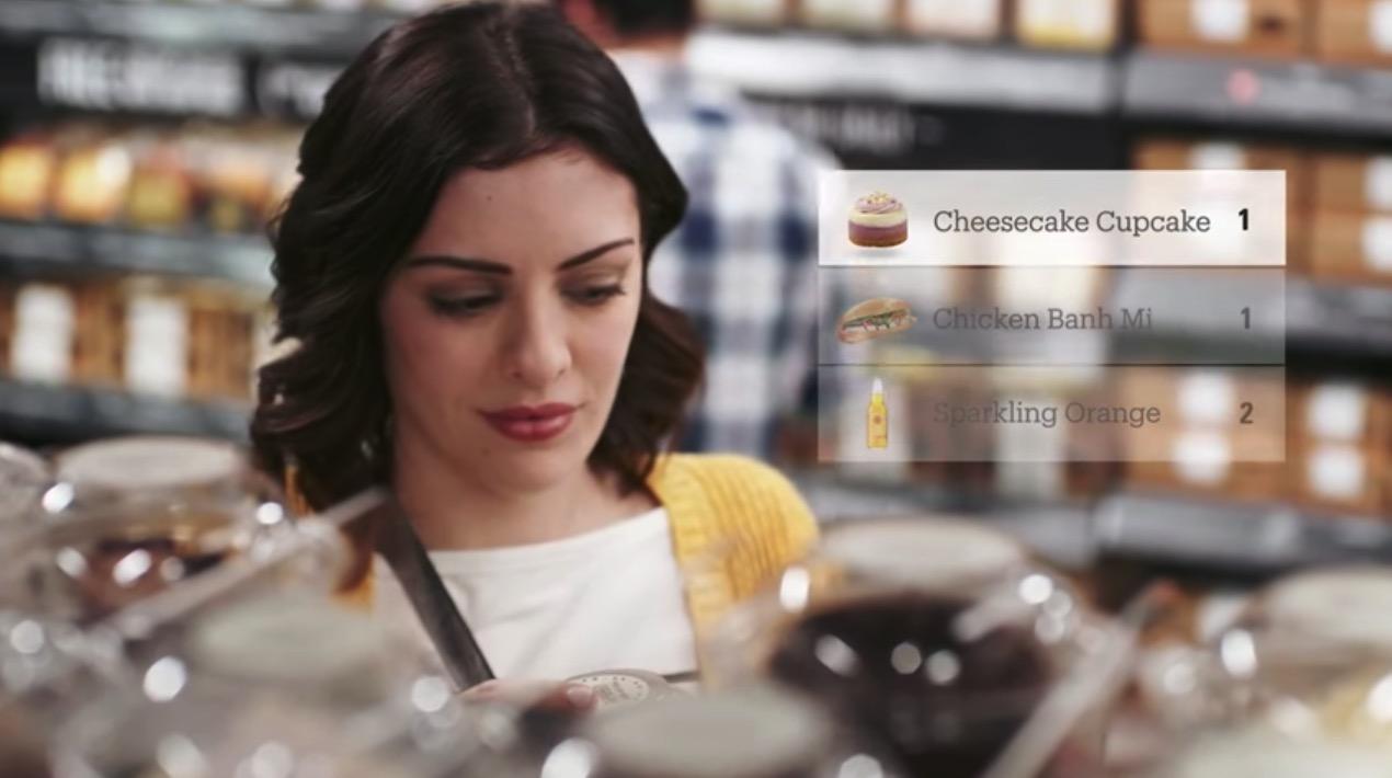 Hệ thống của Amazon tự động phát hiện khi một người mua chọn một mặt hàng và tự động thêm nó vào một giỏ hàng ảo. (ảnh: Amazon/Youtube)
