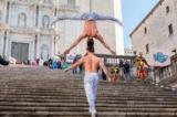 2 nghệ sĩ xiếc VN phá kỉ lục thế giới tại nhà thờ nổi tiếng của Tây Ban Nha (video)