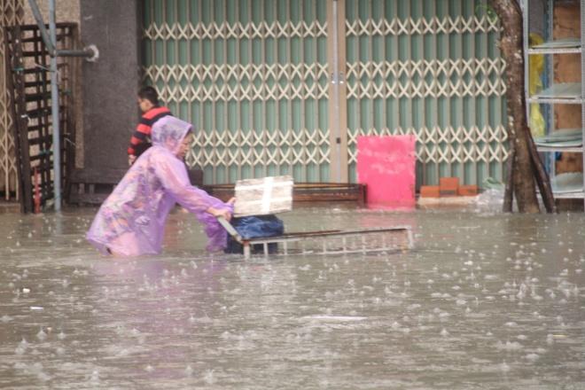 Mưa lớn làm nhiều tuyến đường nội thành tỉnh Quảng Nam ngập gần 1m, còn vùng ở ngoại thành dân phải di chuyển bằng ghe. (Ảnh: vnexpress.net)