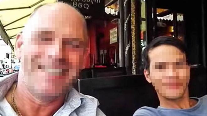 Nguyễn Thanh Dũng (phải) và người đàn ông Hà Lan Stefan Struik, người gọi Dũng là bạn trai trong video trên Youtube hồi tháng 1. Hôm thứ Ba 6/12, cảnh sát Campuchia đã bắt giam Struik, Dũng được cho là đã bỏ trốn về Việt Nam. (Ảnh: The Cambodia Daily)