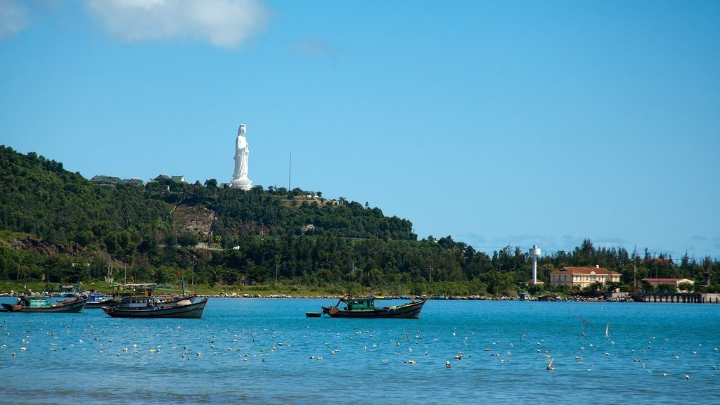 Đây được coi là vị trí an toàn nhất cho hàng trăm thuyền thúng, tàu nhỏ của ngư dân neo đậu và hành nghề biển gần bờ. Và cũng là nơi ngư dân nuôi nghêu, ốc, tôm… (Ảnh dẫn qua citypassguide.com)