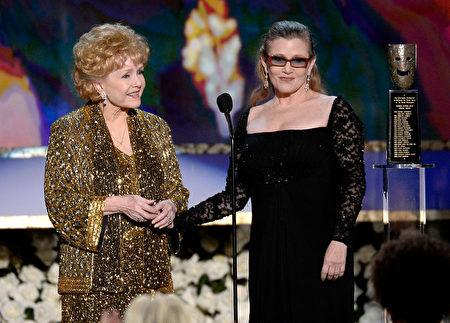 Tháng 1 năm 2015, Debbie Reynolds được nhận giải thưởng thành tựu trọn đời của Hiệp hội diễn viên Hoa Kỳ trao tặng, bà Carrie Fischer trao giải thưởng cho mẹ mình. (ảnh: Kevork Djansezian/Getty Images)